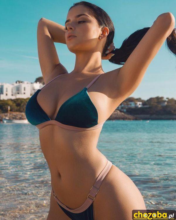 Brunetka na plazy