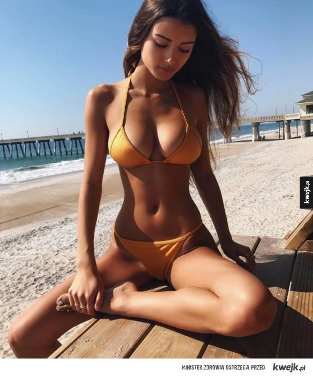 Na plaży w stroju kąpielowym